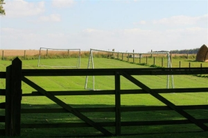 notgrove cotswold holiday cottage chestnut barn fenced football goals